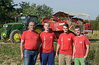 CROATIA, Belica, potato farming at Dodlek Agro / KROATIEN, Belica, Kartoffelanbau bei Familienbetrieb Dodlek Agro, vlnr Vater Dodlek mit den Söhnen    Andrija Dodlek