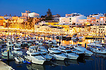 Spain, Menorca, Ciutadella: View over harbour and Ayuntamiento de Ciutadella at night | Spanien, Menorca, Ciutadella: der Hafen am Abend