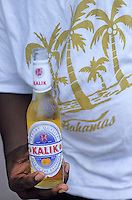 """Iles Bahamas / New Providence et Paradise Island / Nassau: la biére locale """"Kalik"""" dans un restaurant de rue au Marché de Potter's Cay sous le pont de Paradise Island"""
