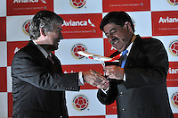 BOGOTA – COLOMBIA – 23-04-2014: Fabio Villegas (Izq.), Presidente de Avianca, y Luis Bedoya (Der.) Presidente de la Federacion Colombiana de Futbol, durante la firma de la alianza  para transportar a la Selección Colombia de fútbol a la Copa Mundial de la FIFA Brasil 2014.  / Fabio Villegas (L), President of Avianca and Luis Bedoya (R) President of the Colombian Soccer Federation, during the signing of the alliance to transport Colombia soccer team to the World Cup Brazil 2014. / Photo: VizzorImage / Luis Ramirez / Staff.