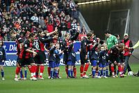 Die Spieler von Eintracht Frankfurt begr¸flen die Fans