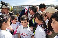22-4-09, Den Haag, Opening 50e Krajicek Foundation playground,Richard Krajicek zet zijn handtekening op de rug van een van de kinderen.