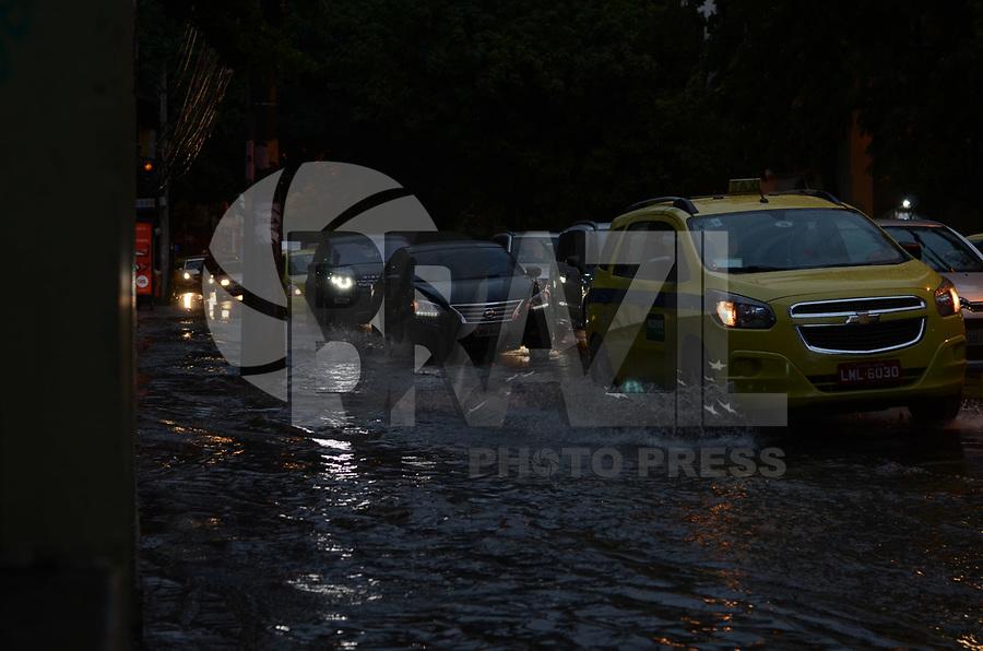 RIO DE JANEIRO, RJ, 19.05.2018 - CLIMA-RJ - Pontos de alagamentos são vistos no bairro de Botafogo na região sul do Rio de Janeiro na tarde deste sábado, 19. (Foto: Vanessa Ataliba/Brazil Photo Press)