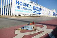 Rio de Janeiro (RJ), 10/05/2020 - Covid-19-Rio -  Hospital de Campanha RJ - Mascara de protecao abandonada em frente ao hospital de campanha de Jacarepagua,que sera inaugurado amanha para tratar pacientes de coronavirus. Os 200 leitos serao erguidos no espaco onde ficava o Parque dos Atletas.,zona oeste da cidade do Rio de Janeiro, neste domingo (10) (Foto: Alexandre Durao/Codigo 19/Codigo 19)