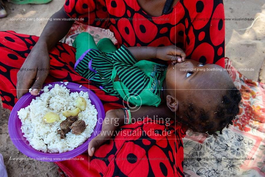 KENYA, Marsabit, village Laisamis, food supply for Samburu women and children / KENIA, Marsabit, Dorf Laisamis, Nahrungshilfe fuer Samburu Frauen und Kinder