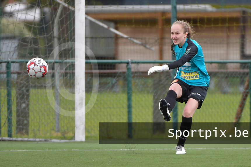 Goalkeeper Lisa Vandeputte (1) of Eendracht Aalst  pictured during a female soccer game between SV Zulte - Waregem and Eendracht Aalst on the 9 th matchday in play off 2 of the 2020 - 2021 season of Belgian Scooore Womens Super League , saturday 22 nd of May 2021  in Zulte , Belgium . PHOTO SPORTPIX.BE   SPP   DIRK VUYLSTEKE