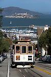 United States of America, California, San Francisco: Hyde Street Cable Car with Alcatraz in background | Vereinigte Staaten von Amerika, Kalifornien, San Francisco: Hyde Street mit Cable Car, im Hintergrund die ehemalige Gefaengnisinsel Alcatraz