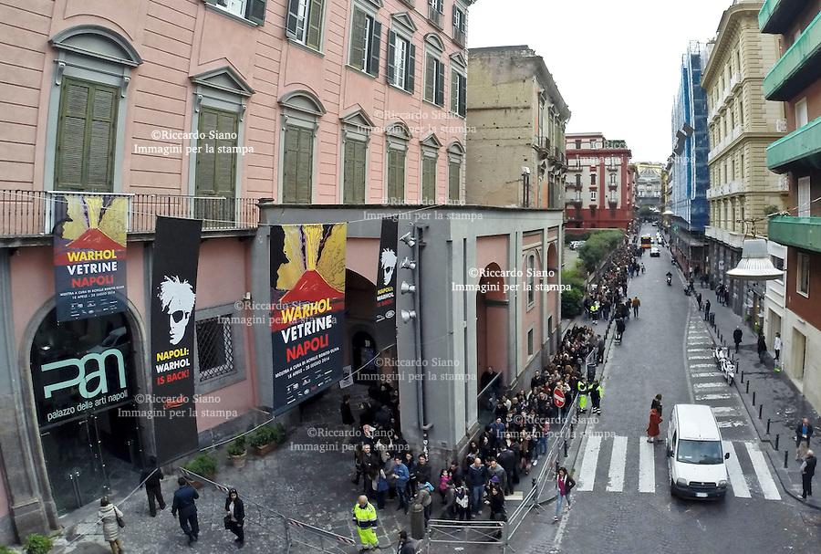 - NAPOLI 19 APR  2014 - PAN. Pasqua, museo Palazzo delle Arti Di Napoli fila mostra Andy Warhol
