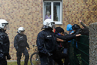 DEUTSCHLAND, Hamburg 2.6. 2012 Polizeieinsatz gegen Antifa Blockaden gegen den NeoNazi Aufmarsch in Wandsbek, Wasserwerfereinsatz nach Randalen