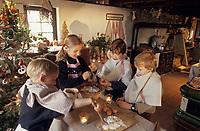 Europe/France/Alsace/68/Haut-Rhin/Ungersheim: Ecomusée d'Alsace - Enfants préparant des gateaux pour Noël (AUTORISATION N°245-246-247-249-250)