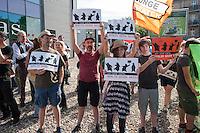 Protest gegen Neonazis in Berlin-Weissensee.<br /> Ca. 100 Menschen protestierten gegen Kundgebung von 29 Neonazis von NPD und Autonomen Nationalisten aus Berlin und Brandenburg. Die Neonazis hielten eine Kundgebung gegen eine geplante Fluechtlingsunterkunft in Berlin-Weissensee ab.<br /> Aufgrund einer Auflage der Polizei durften die Neonazis jedoch nicht vor dem Gebaeude stehen, sondern mussten einige Meter weiter an einem Zaun vor einem Brachgelaende Aufstellung nehmen.<br /> 9.8.2014, Berlin<br /> Copyright: Christian-Ditsch.de<br /> [Inhaltsveraendernde Manipulation des Fotos nur nach ausdruecklicher Genehmigung des Fotografen. Vereinbarungen ueber Abtretung von Persoenlichkeitsrechten/Model Release der abgebildeten Person/Personen liegen nicht vor. NO MODEL RELEASE! Don't publish without copyright Christian-Ditsch.de, Veroeffentlichung nur mit Fotografennennung, sowie gegen Honorar, MwSt. und Beleg. Konto: I N G - D i B a, IBAN DE58500105175400192269, BIC INGDDEFFXXX, Kontakt: post@christian-ditsch.de<br /> Urhebervermerk wird gemaess Paragraph 13 UHG verlangt.]