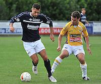 KVC Wingene - KSC Wielsbeke : Aaron Bruning (links) aan de bal voor Bert Claerhout (rechts)<br /> foto VDB / Bart Vandenbroucke