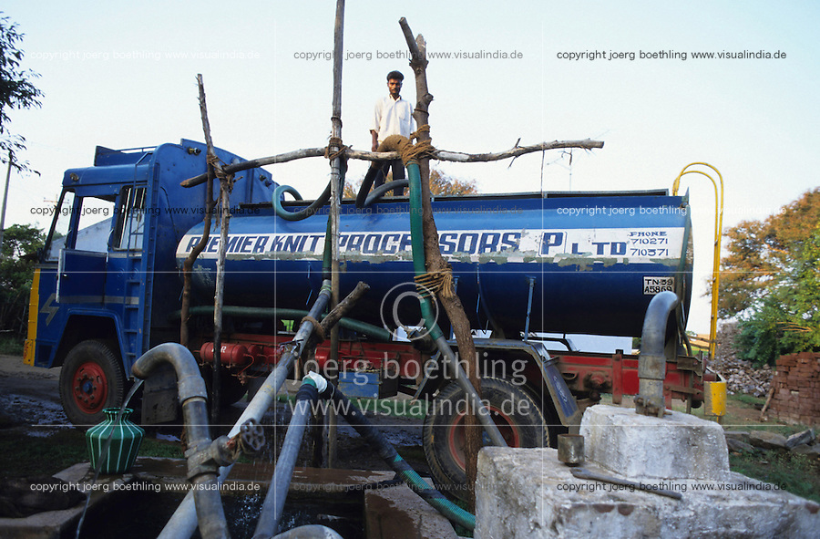 INDIA, Tamil Nadu, Tirupur, transport of clean fresh water from village wells over long distances for textile dying units which pollute the river in textile city Tirupur / INDIEN Transport von Wasser fuer Textilbleichereinen und - faerbereien in T-shirt town Tirupur