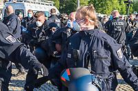 """Mehrere hundert Menschen versammelten sich nach einem anonymen Aufruf im Internet auf der Wiese vor dem Reichstagsgebaeude (Platz der Republik) um gegen die Einschraenkungen des oeffentlichen Lebens zur Eindaemmung der Covid-19-Pandemie zu protestieren. Unter ihnen viele Hooligans, Rechtsextreme, Anhaenger von Verschwoerungstheorien und Esoteriker. Sie riefen in Sprechchoeren """"Wir sind das Volk"""", """"Freiheit, Freiheit"""".<br /> Die Polizei versuchte, zunaechst erfolglos, die Menschen zum verlassen des Platzes zu bewegen. Ein Kamerateam der ARD wurde von einem Hooligan angegriffen. Dieser und andere aggressive Personen wurden festgenommen. Nach ca. 1 1/2 Stunden raeumte die Polizei den Platz.<br /> Im Bild: Die Polizei hat den Angreifer auf das ARD-Team festgenommen.<br /> 6.5.2020, Berlin<br /> Copyright: Christian-Ditsch.de<br /> [NUR FUER REDAKTIONELLE ZWECKE! Werbung nur auf Anfrage beim Fotografen. Inhaltsveraendernde Manipulation des Fotos nur nach ausdruecklicher Genehmigung des Fotografen. Vereinbarungen ueber Abtretung von Persoenlichkeitsrechten/Model Release der abgebildeten Person/Personen liegen nicht vor. NO MODEL RELEASE! Don't publish without copyright Christian-Ditsch.de, Veroeffentlichung nur mit Fotografennennung, sowie gegen Honorar, MwSt. und Beleg. Konto: I N G - D i B a, IBAN DE58500105175400192269, BIC INGDDEFFXXX, Kontakt: post@christian-ditsch.de<br /> Bei der Bearbeitung der Dateiinformationen darf die Urheberkennzeichnung in den EXIF- und  IPTC-Daten nicht entfernt werden, diese sind in digitalen Medien nach §95c UrhG rechtlich geschuetzt. Der Urhebervermerk wird gemaess §13 UrhG verlangt.]"""