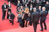 INCIDENT DE CHAUSSURES POUR JULIA ROBERTS LORS DE LA MONTEE DES MARCHES DU FILM 'MONEY MONSTER' - 69EME FESTIVAL DU FILM DE CANNES