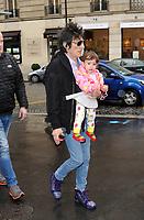 23/10/2017 PARIS, FRANCE - RON WOOD LE GUITARISTE DES ROLLING STONES AVEC SA FEMME SALLY HUMPHREYS ET LEURS JUMELLES MARCHENT SOUS LA PLUIE DE PARIS.