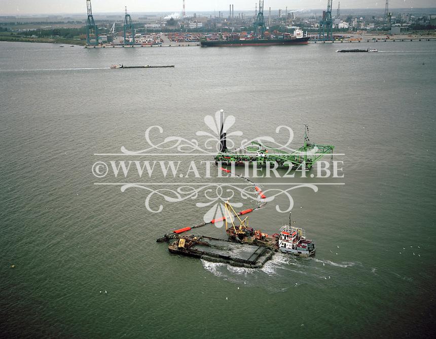Oktober 1997. Schepen Zeebrugge 1 en Brabo van baggerbedrijf DEME.