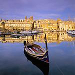 Malta, Senglea: ein Dghajsa (Wasser-Taxi)  liegt im Hafen | Malta, Senglea: view over harbour with Dghajsa (Water Taxi)