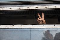 un migrante saluta da un finestrino del treno<br /> a migrant hails from a train window
