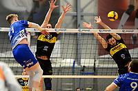 24-04-2021: Volleybal: Amysoft Lycurgus v Draisma Dynamo: Groningen Lycurgus speler Bennie Tuinstra slaat de bal hard over het blok