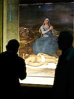"""Visitatori della mostra sul pittore Sebastiano Del Piombo ammirano l'olio su tela """"Pieta'"""" (1513-1516 circa) a Palazzo Venezia, Roma, 19 marzo 2008.. UPDATE IMAGES PRESS/Riccardo De Luca"""