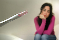 Giovane ragazza con il test di gravidanza. Young woman with pregnancy test....