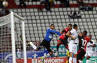 MANIZALES - COLOMBIA -18-10-2015: Juan F Cuadrado (Izq.) portero de Once Caldas disputa el balón con Estefano Arango (Der.) jugador de Cucuta Deportivo, durante partido entre Once Caldas y Cucuta Deportivo, por la fecha 16 de la Liga Aguila II 2015, jugado en el estadio Palogrande de la ciudad de Manizales.  / Juan F Cuadrado (L) goalkeeper of Once Caldas vies for the ball with Estefano Arango (R) player of Cucuta Deportivo, during a match for the date 16 betwen Once Caldas and Cucuta Deportivo, for the Liga Aguila II 2015 at the Palogrande stadium in Manizales city. Photo: VizzorImage / Santiago Osorio / Cont.