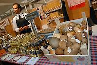 - truffle market in Alba, seller of mushrooms....- mercato dei tartufi ad Alba, venditore di funghi