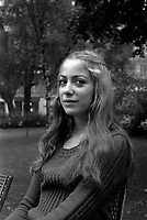 Le 15 octobre 1972. La comedienne Françoise Degeorge assise dans le jardin du Capitole.