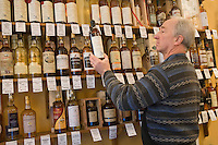 "Europe/France/Nord-Pas-de-Calais/59/Nord/Lille : ""Caviste Les Vins Gourmands"" 33 Rue Esquermoise - la collection de Whiskies [Non destiné à un usage publicitaire - Not intended for an advertising use]"