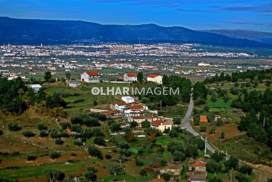 Cidade em Traz os Montes, Portugal. 1999. Cidade Foto de Juca Martins.