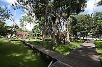 Escola Bosque.<br /> <br /> Vila Progresso.<br /> <br /> Com a criação da Convenção sobre Diversidade Biológica - CDB -  tratado da Organização das Nações Unidas,  e a ratificação do protocolo de Nagoia em  2010,   se inicia um processo de organização para os  Povos e Comunidades Tradicionais em  busca de maior  qualidade de vida não apenas na Amazônia, mas em todo  mundo. <br /> <br /> Assim, em dezembro de 2013 a Rede Grupo de Trabalho Amazônico – GTA, em parceria com a Regional GTA/Amapá, o Conselho Comunitário do Bailique, Colônia de Pescadores Z-5, IEF, CGEN/DPG/SBF/MMA, juntamente com 36 comunidades do Arquipélago do Bailique, inicia o processo de criação do primeiro protocolo comunitário na Amazônia, instrumento que regula relações comerciais amparado por leis ambientais, estabelecendo o mercado justo, proteção da biodversidade,  entre outros . <br /> <br /> Desta forma, após dezenas de encontros, debates e oficinas,  as Comunidades Tradicionais do Bailique, articuladas pelo GTA,  se reuniram durante os dias 26, 27 e 28 de fevereiro, onde os moradores, em assembléia geral ordinária, definiram sua personalidade jurídica   criando uma associação para atuação comercial, votando seu estatuto e estabelecendo os diversos grupos de trabalho necessários para a gestão do Protocolo Comunitário.<br /> <br /> O encontro na comunidade São João Batista no furo do macaco(igarapé que dá acesso a vila), foz do Amazonas, recebeu cerca de 100 lideranças de 28 comunidades  nestes dias , que chegavam de barcos e canoas acompanhados por suas famílias<br /> <br /> Durante o debate,  representantes  do Ministério do Meio Ambiente, Ministério Público Federal, Fundação Getúlio Vargas, Embrapa e Conab esclareciam dúvidas e indicavam caminhos para fortalecer o primeiro protocolo comunitário na Amazônia.<br /> Arquipélago do Bailique, Vila Progresso, Macapá, Amapá, Brasil.<br /> Foto Paulo Santos