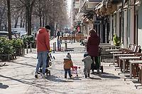 Auswirkungen der Corona-Krise.<br /> Im Bild: Eine Familie laeuft durch die Simon-Dachstrasse in Berlin-Friedrichshain an geschlossenen Strassencafes vorbei.<br /> 26.3.2020, Berlin<br /> Copyright: Christian-Ditsch.de<br /> [NUR FUER REDAKTIONELLE ZWECKE! Werbung nur auf Anfrage beim Fotografen. Inhaltsveraendernde Manipulation des Fotos nur nach ausdruecklicher Genehmigung des Fotografen. Vereinbarungen ueber Abtretung von Persoenlichkeitsrechten/Model Release der abgebildeten Person/Personen liegen nicht vor. NO MODEL RELEASE! Don't publish without copyright Christian-Ditsch.de, Veroeffentlichung nur mit Fotografennennung, sowie gegen Honorar, MwSt. und Beleg. Konto: I N G - D i B a, IBAN DE58500105175400192269, BIC INGDDEFFXXX, Kontakt: post@christian-ditsch.de<br /> Bei der Bearbeitung der Dateiinformationen darf die Urheberkennzeichnung in den EXIF- und  IPTC-Daten nicht entfernt werden, diese sind in digitalen Medien nach §95c UrhG rechtlich geschuetzt. Der Urhebervermerk wird gemaess §13 UrhG verlangt.]