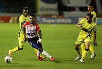BARRANQUILLA - COLOMBIA, 05-03-2021: Fabian Viafara de Atletico Junior y Jhonier Viveros de Atletico Bucaramanga disputan el balon, durante partido entre Atletico Junior y Atletico Bucaramanga, de la fecha 11 por la Liga BetPlay DIMAYOR I 2021 jugado en el estadio Metropolitano Roberto Melendez de la ciudad de Barranquilla. / Fabian Viafara of Atletico Junior and Jhonier Viveros of Atletico Bucaramanga battle for the ball, during a match between Atletico Junior and Atletico Bucaramanga of the 11th date for BetPlay DIMAYOR I 2021 League played at the Metropolitano Roberto Melendez Stadium in Barranquilla city. / Photo: VizzorImage / Jairo Cassiani / Cont.