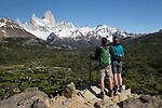 Argentina, Patagonia, El Chalten: Hikers viewing Cerro Fitz Roy on Laguna de Los Tres hike, El Chalten, Patagonia, Argentina | Argentinien, Patagonien, El Chalten: Wanderer auf dem Laguna de Los Tres hike mit Blick auf Cerro Fitz Roy