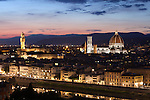 Italy, Tuscany, Florence: view over Florence at night with the Duomo and Palazzo Vecchio from Piazza Michelangelo | Italien, Toskana, Florenz: Stadtansicht von der Piazza Michelangelo ueber den Arno und die Altstadt am Abend