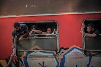 migranti al finestrino di un treno ricevono una bottiglia d'acqua<br /> migrants to the window of a train receiving a bottle of water