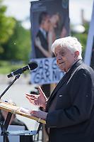 """Unter dem Motto: """"Frau Merkel: Aussitzen ist Beihilfe!"""" protestierten am Samstag den 30.Mai 2015 Rechtsanwaeltinnen und Rechtsanwaelte vor dem Bundeskanzleramt gegen die geplante Vorratsdatenspeicherung.<br /> Die Kundgebung fand anlaesslich des 2. Jahrestages der Enthuellungen von Edward Snowden ueber die weltweiten verfassungswidrigen Massenueberwachung durch Geheimdienste statt. Aufgerufen zu der Kundgebung hatte die parteiunabhaengige Hamburger Initiative """"Rechtsanwaelte gegen Totalueberwachung"""".<br /> Im Bild: Dr. Burkhard Hirsch (Vizepraesident des Deutschen Bundestages a.D.).<br /> 30.5.2015, Berlin<br /> Copyright: Christian-Ditsch.de<br /> [Inhaltsveraendernde Manipulation des Fotos nur nach ausdruecklicher Genehmigung des Fotografen. Vereinbarungen ueber Abtretung von Persoenlichkeitsrechten/Model Release der abgebildeten Person/Personen liegen nicht vor. NO MODEL RELEASE! Nur fuer Redaktionelle Zwecke. Don't publish without copyright Christian-Ditsch.de, Veroeffentlichung nur mit Fotografennennung, sowie gegen Honorar, MwSt. und Beleg. Konto: I N G - D i B a, IBAN DE58500105175400192269, BIC INGDDEFFXXX, Kontakt: post@christian-ditsch.de<br /> Bei der Bearbeitung der Dateiinformationen darf die Urheberkennzeichnung in den EXIF- und  IPTC-Daten nicht entfernt werden, diese sind in digitalen Medien nach §95c UrhG rechtlich geschuetzt. Der Urhebervermerk wird gemaess §13 UrhG verlangt.]"""
