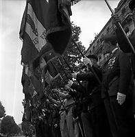 Toulouse. Le 14 Juillet 1965. Vue du défilé militaire du 14 juillet dans une rue de Toulouse.