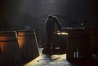 Europe/France/Poitou-Charentes/16/Charente/Cognac/Tonnellerie Seguin Moreau: Cintrage<br /> PHOTO D'ARCHIVES // ARCHIVAL IMAGES<br /> FRANCE 1990