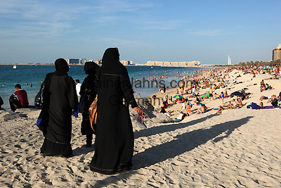 United Arab Emirates, Dubai: Jumeirah Beach with local Arabic women in traditional Abaya dress   Vereinigte Arabische Emirate, Dubai: arabische Frauen im Abaya, traditionelles islamisches Kleidungsstueck, am Jumeirah Beach