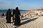 United Arab Emirates, Dubai: Jumeirah Beach with local Arabic women in traditional Abaya dress | Vereinigte Arabische Emirate, Dubai: arabische Frauen im Abaya, traditionelles islamisches Kleidungsstueck, am Jumeirah Beach