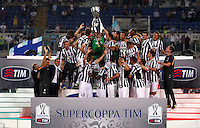 Calcio, Supercoppa di Lega: Juventus vs Lazio. Roma, stadio Olimpico, 18 agosto 2013<br /> Juventus goalkeeper Gianluigi Buffon holds up the Italian League Supercup trophy at the end of the football final match between Juventus and Lazio, at Rome's Olympic stadium,  18 August 2013. Juventus won 4-0.<br /> UPDATE IMAGES PRESS/Isabella Bonotto