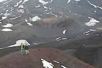 Ätna, Etna, Kind, Kinder wandert durch die karge Vulkanlandschaft, Vulkankrater, Krater, Wandern, Lavagestein, Lava, Vulkan, Italien, Sizilien, Mount Etna, birch, white birch, volcano