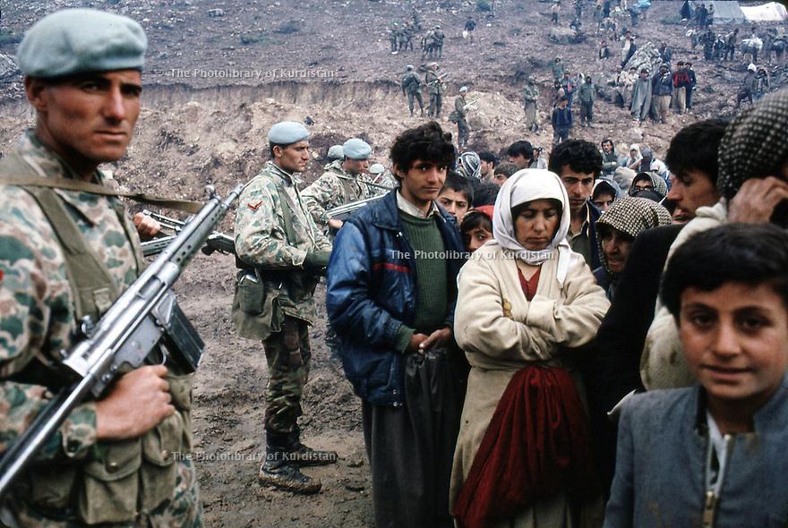 Irak 1991  L'armée turque controlant la frontière face aux réfugiés kurdes Iraq 1991   Turkish soldiers on the border and Kurdish refugees