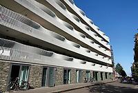 Nederland  Amsterdam-  2020.  Sociale woningbouw op IJburg. Het golvende hekwerk voor blok 46c op IJburg in Amsterdam.  In totaal werden 64 appartementen gerealiseerd in opdracht van Ymere Ontwikkeling. Het gebouw is een ontwerp van  Korth Tielens Architecten.  Foto : ANP/ HH / Berlinda van Dam