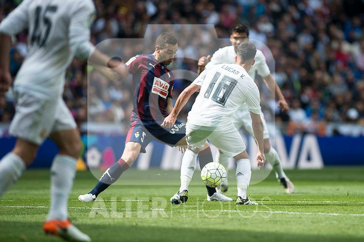 Real Madrid's Lucas Vazquez and Sociedad Deportiva Eibar's Gonzalo Escalante during La Liga match. April 09, 2016. (ALTERPHOTOS/Borja B.Hojas)