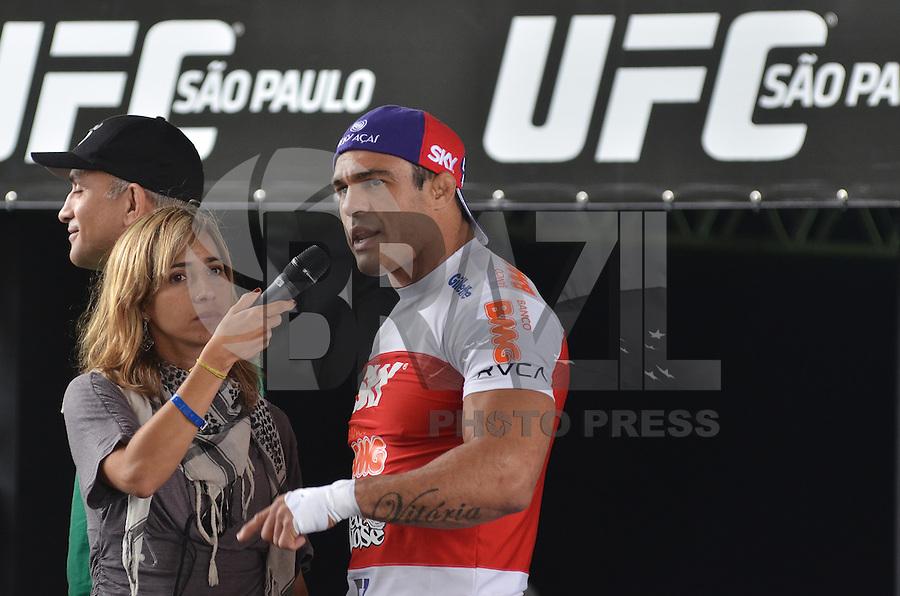 SAO PAULO, SP, 16 DE JANEIRO DE 2013.- VITOR BELFORT TREINO UFC- O lutador Vitor Belfort durante  treino aberto do UFC que aconteceu na manha desta quarta feira, 16, no vale do Anhangabau, regiao central da capital.  (FOTO: ALEXANDRE MOREIRA / BRAZIL PHOTO PRESS).