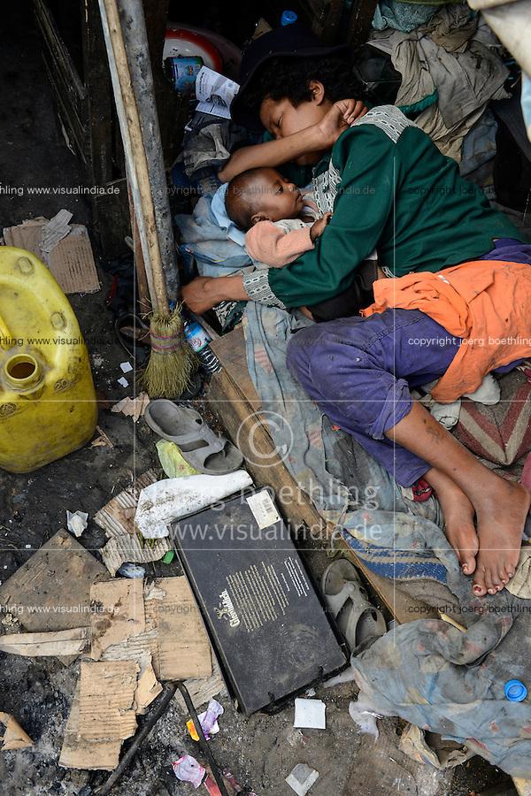 MADAGASCAR Antananarivo, homeless family / MADAGASKAR Antananarivo, obdachlose Familie von FRANCOIS RABENATOANDRO, Sohn FANOMEZANTSOA<br /> Tochter FANIRY
