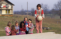 Children during the United Nation<br /> 1999 peace mission in Bosnia<br /> <br /> photo : (c)  Images Distribution